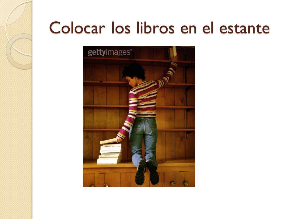 Colocar los libros en el estante