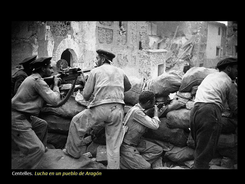 El frente urbano Centelles: Guardias de asalto deteniendo a un hombre. Barcelona En las fuerzas de seguridad del estado, la mayoría de la guardia civi