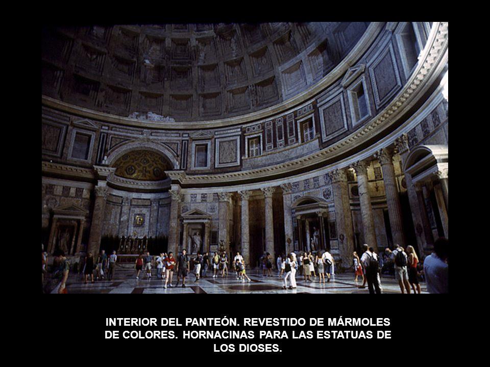 INTERIOR DEL PANTEÓN. REVESTIDO DE MÁRMOLES DE COLORES. HORNACINAS PARA LAS ESTATUAS DE LOS DIOSES.