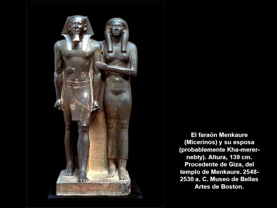 El faraón Menkaure (Micerinos) y su esposa (probablemente Kha-merer- nebty). Altura, 139 cm. Procedente de Giza, del templo de Menkaure. 2548- 2530 a.