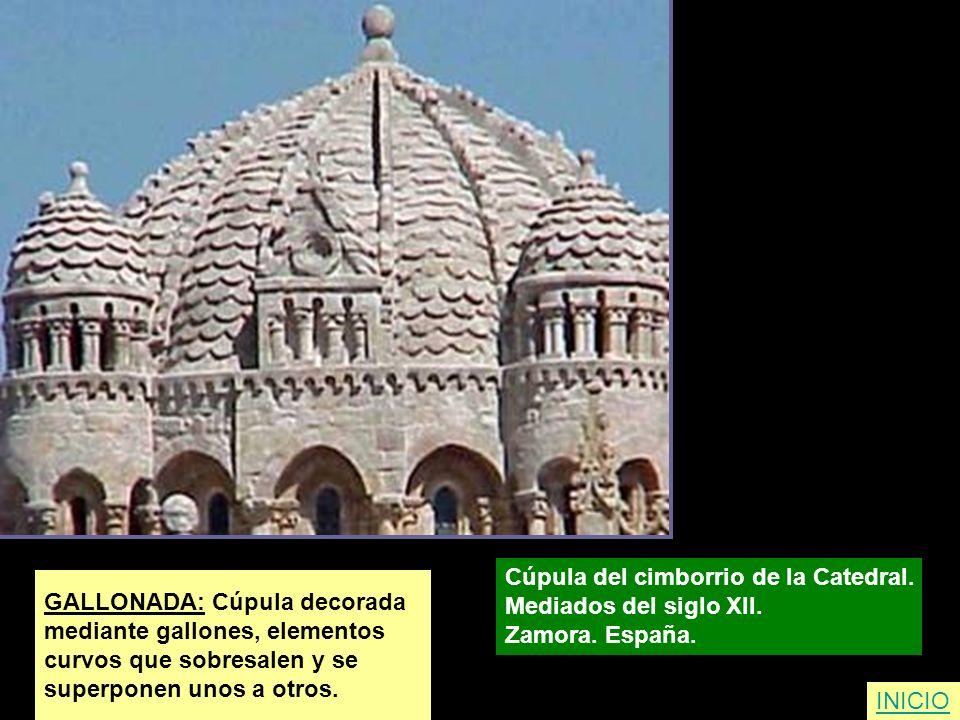 GALLONADA: Cúpula decorada mediante gallones, elementos curvos que sobresalen y se superponen unos a otros. Cúpula del cimborrio de la Catedral. Media