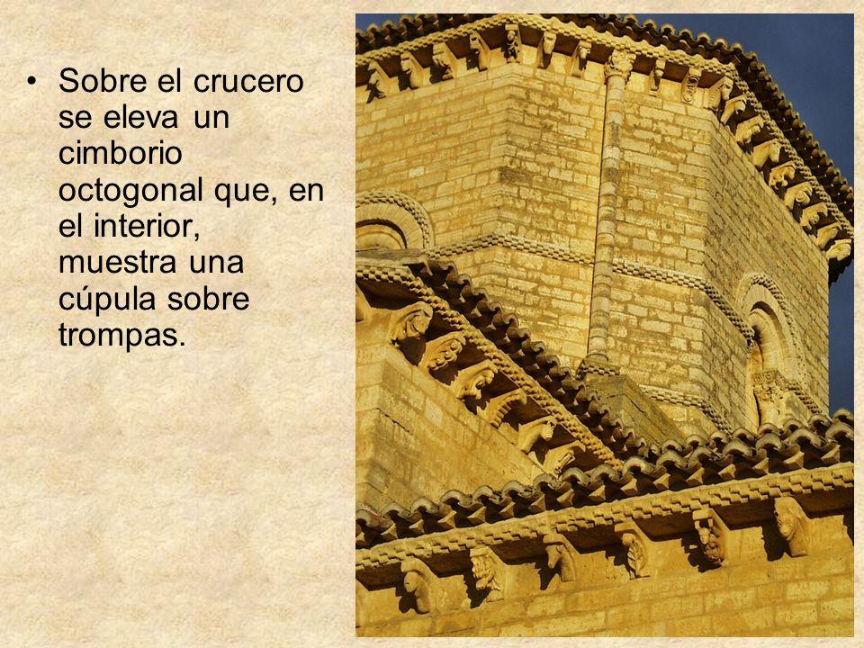 Sobre el crucero se eleva un cimborio octogonal que, en el interior, muestra una cúpula sobre trompas.