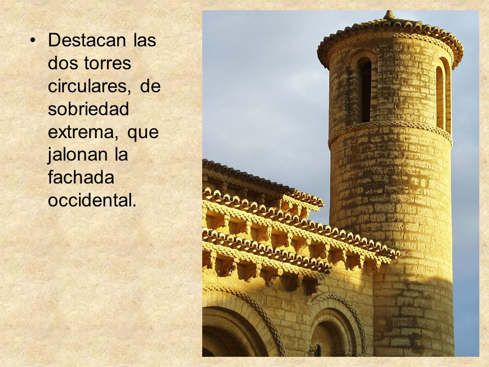 Destacan las dos torres circulares, de sobriedad extrema, que jalonan la fachada occidental.