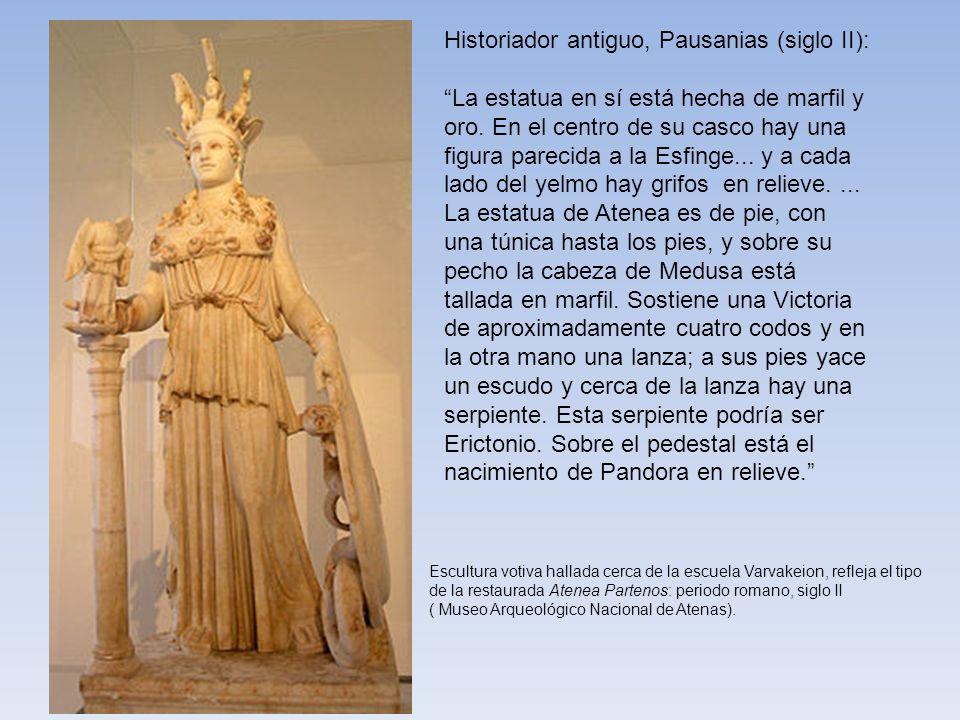 Historiador antiguo, Pausanias (siglo II): La estatua en sí está hecha de marfil y oro. En el centro de su casco hay una figura parecida a la Esfinge.