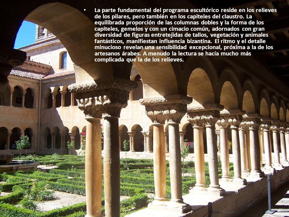La parte fundamental del programa escultórico reside en los relieves de los pilares, pero también en los capiteles del claustro. La equilibrada propor