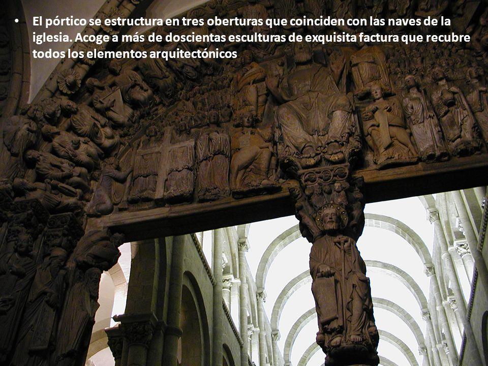 El pórtico se estructura en tres oberturas que coinciden con las naves de la iglesia. Acoge a más de doscientas esculturas de exquisita factura que re