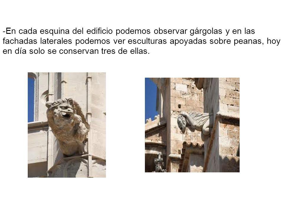 -En cada esquina del edificio podemos observar gárgolas y en las fachadas laterales podemos ver esculturas apoyadas sobre peanas, hoy en día solo se c
