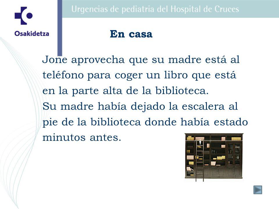 Jone aprovecha que su madre está al teléfono para coger un libro que está en la parte alta de la biblioteca. Su madre había dejado la escalera al pie