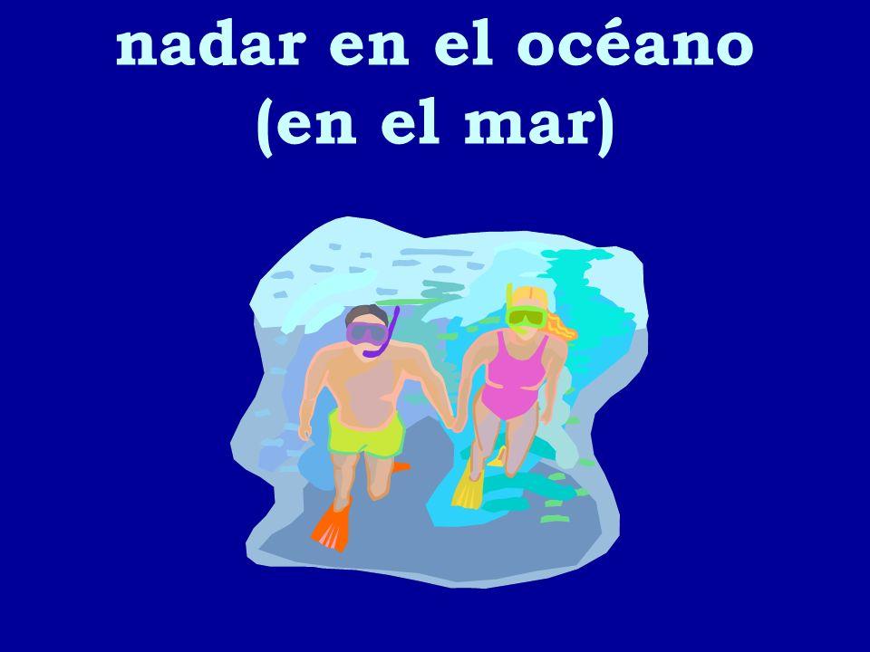 nadar en el océano (en el mar)
