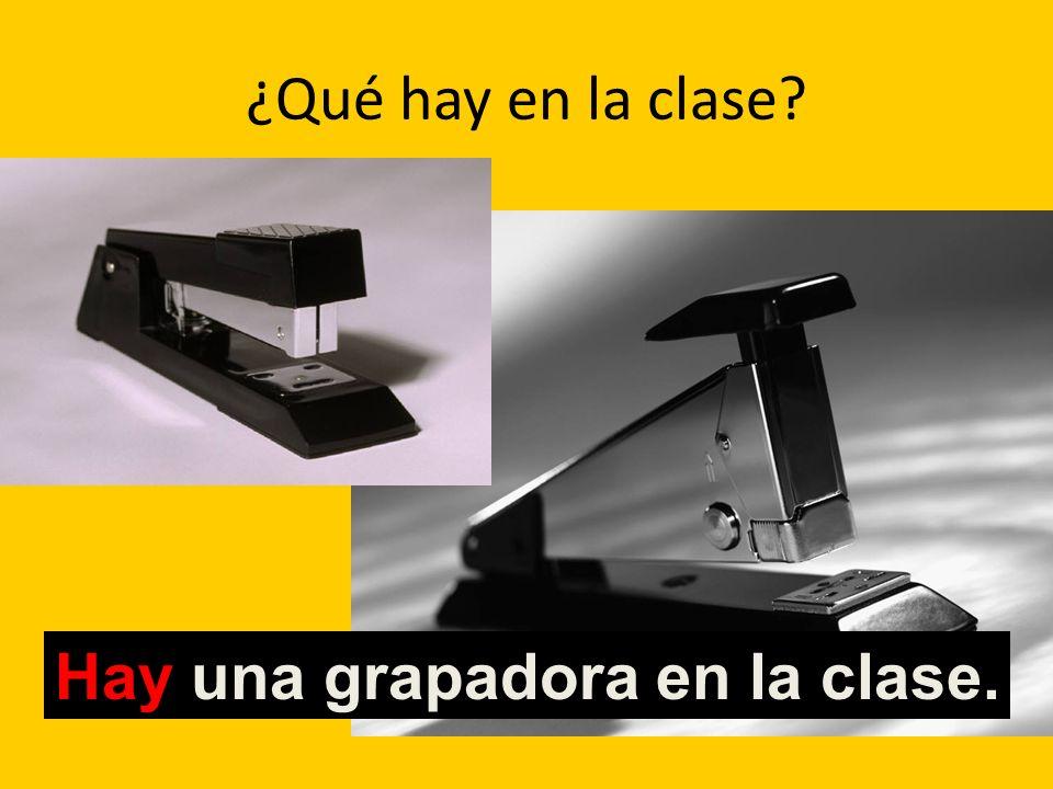 ¿Qué hay en la clase? Hay una grapadora en la clase.