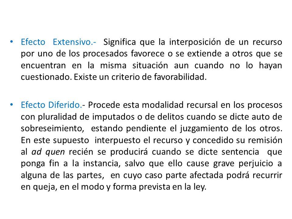 Efecto Extensivo.- Significa que la interposición de un recurso por uno de los procesados favorece o se extiende a otros que se encuentran en la misma