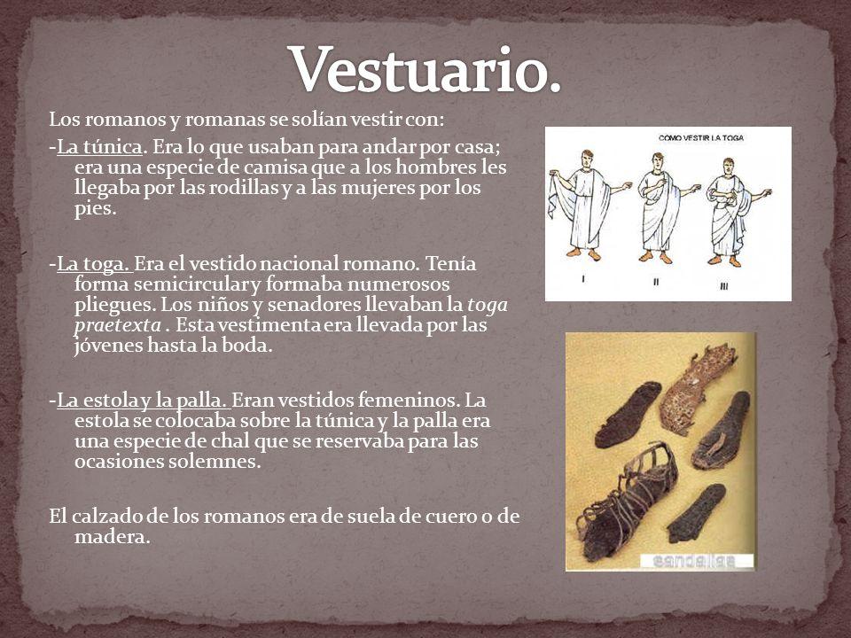 Los romanos y romanas se solían vestir con: -La túnica. Era lo que usaban para andar por casa; era una especie de camisa que a los hombres les llegaba
