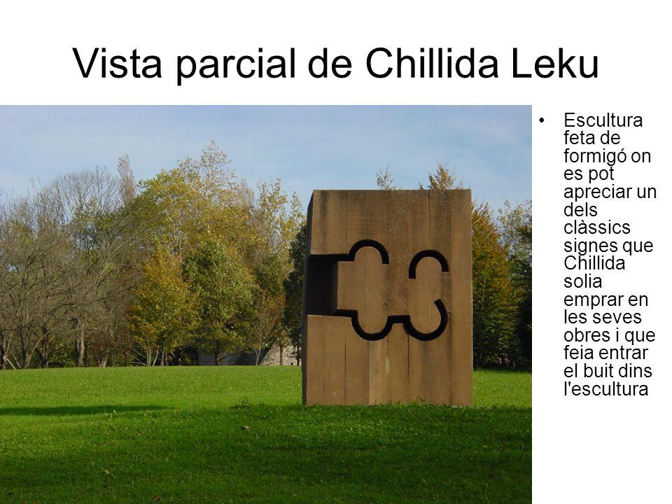 Vista parcial de Chillida Leku Escultura feta de formigó on es pot apreciar un dels clàssics signes que Chillida solia emprar en les seves obres i que feia entrar el buit dins l escultura