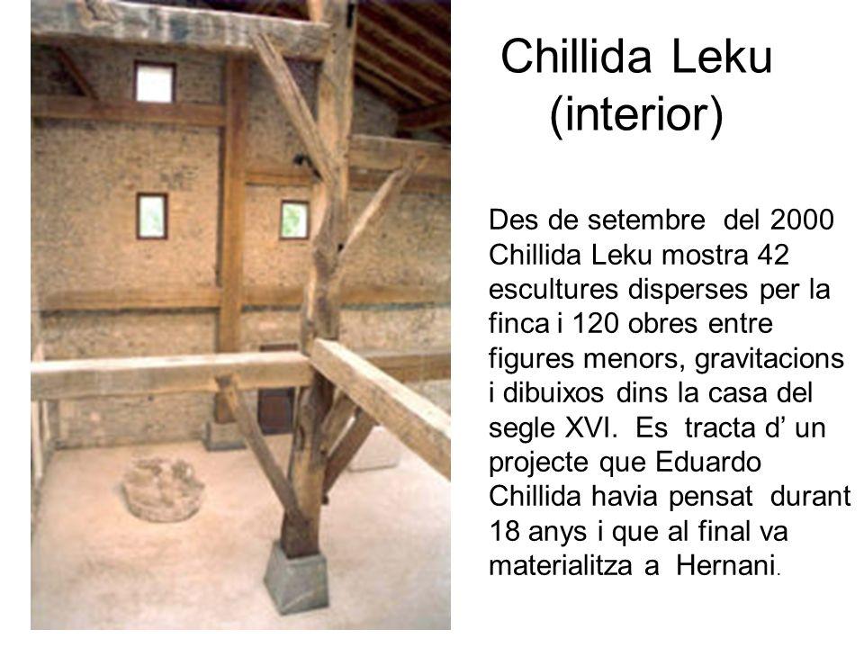 Chillida Leku (interior) Des de setembre del 2000 Chillida Leku mostra 42 escultures disperses per la finca i 120 obres entre figures menors, gravitacions i dibuixos dins la casa del segle XVI.