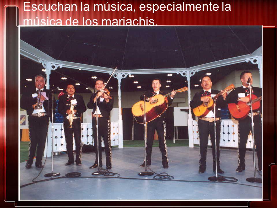 Escuchan la música, especialmente la música de los mariachis.