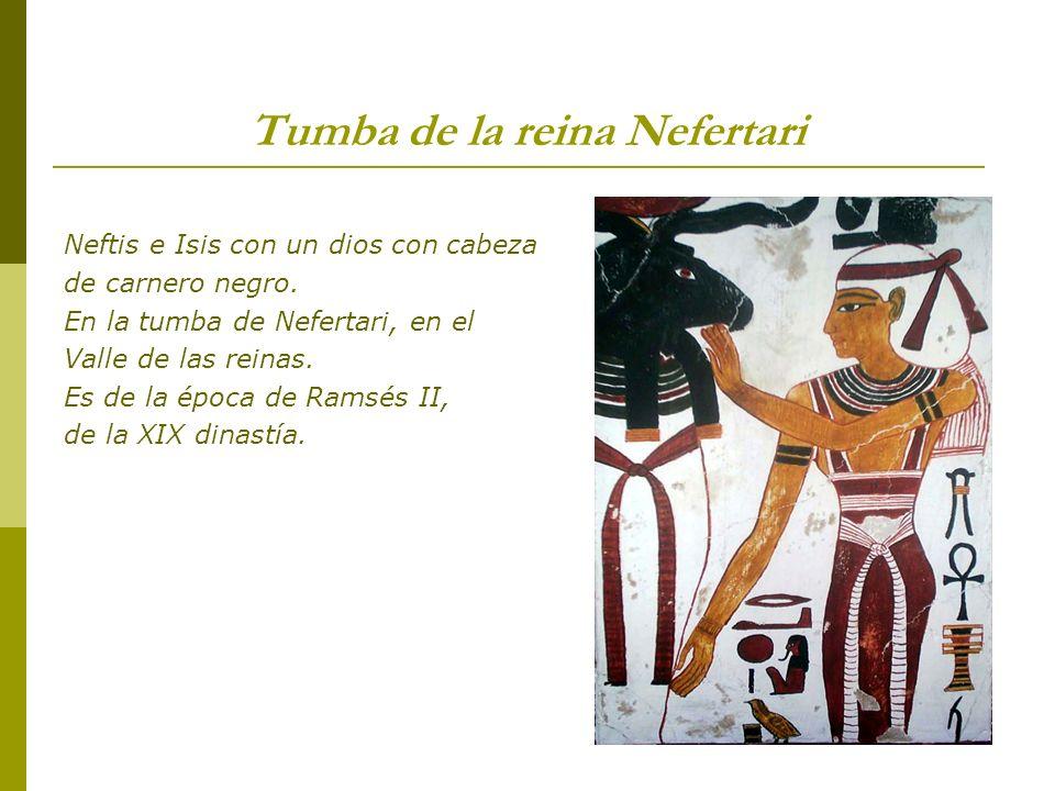 Tumba de la reina Nefertari Neftis e Isis con un dios con cabeza de carnero negro. En la tumba de Nefertari, en el Valle de las reinas. Es de la época