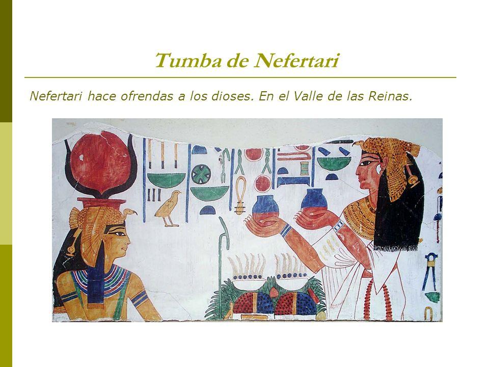 Tumba de Nefertari Nefertari hace ofrendas a los dioses. En el Valle de las Reinas.