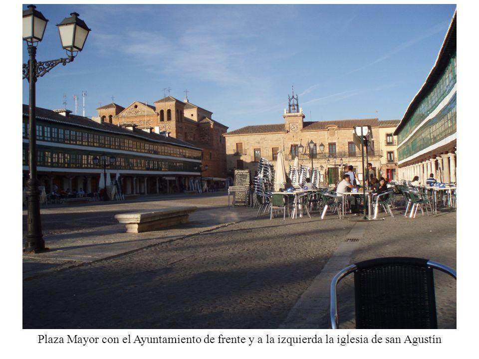 Plaza Mayor con el Ayuntamiento de frente y a la izquierda la iglesia de san Agustín