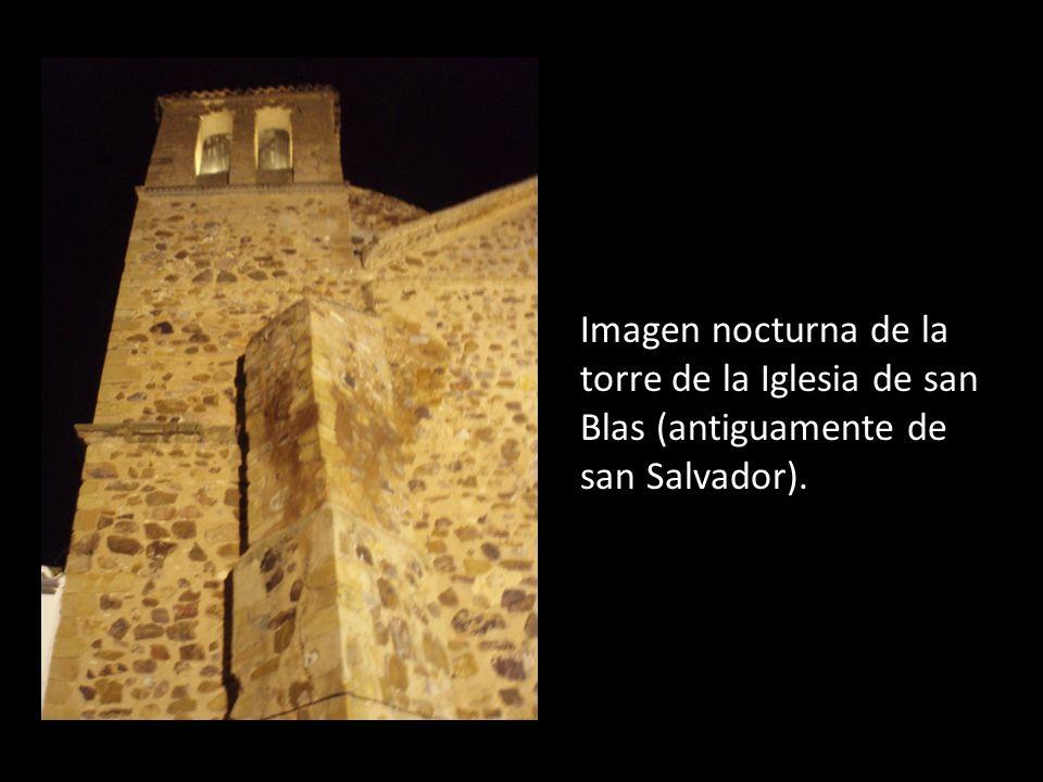 Imagen nocturna de la torre de la Iglesia de san Blas (antiguamente de san Salvador).
