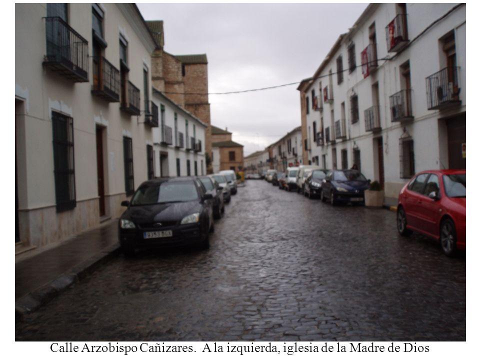 Calle Arzobispo Cañizares. A la izquierda, iglesia de la Madre de Dios
