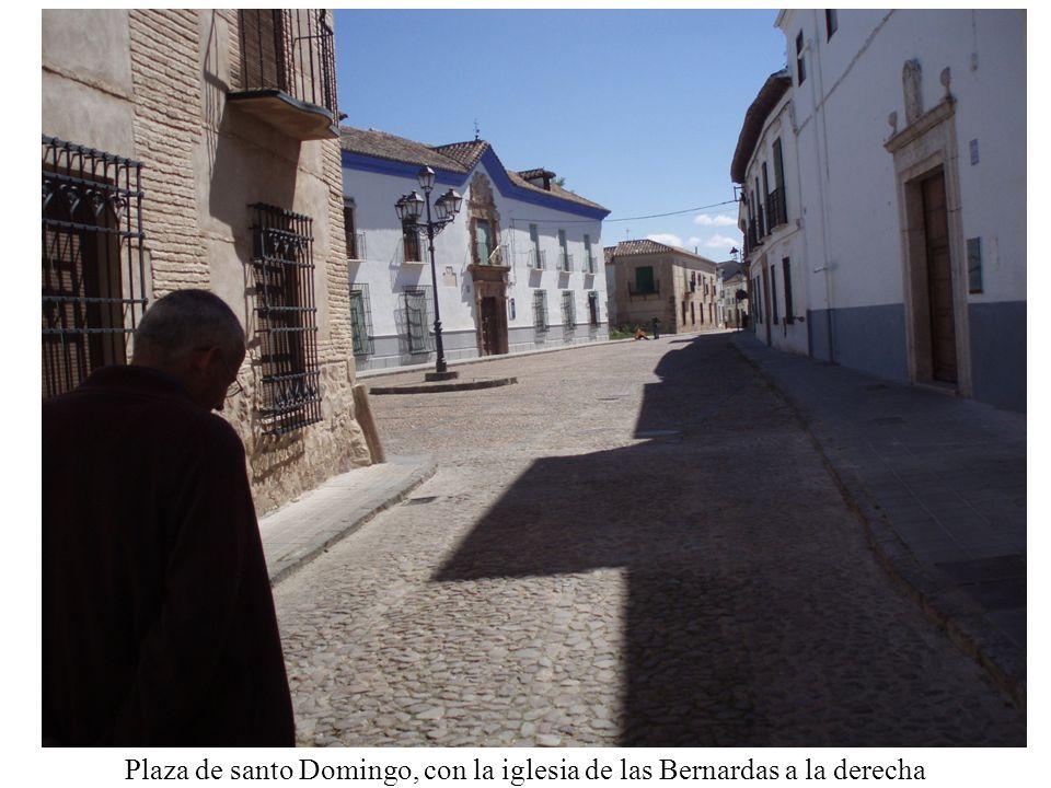 Plaza de santo Domingo, con la iglesia de las Bernardas a la derecha