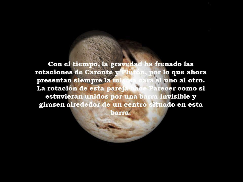 Caronte es el primer satélite descubierto de Plutón. Tiene 1192 kilómetros de diámetro y está a 19.640 kilómetros del planeta. Desde que se descubrió