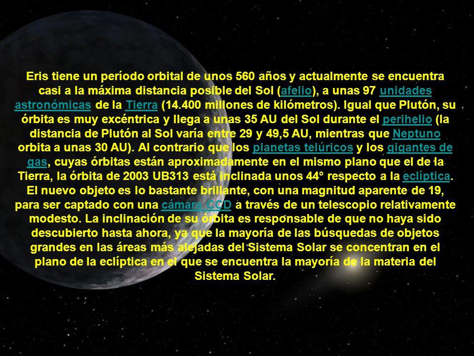 Eris tiene un período orbital de unos 560 años y actualmente se encuentra casi a la máxima distancia posible del Sol (afelio), a unas 97 unidades astr