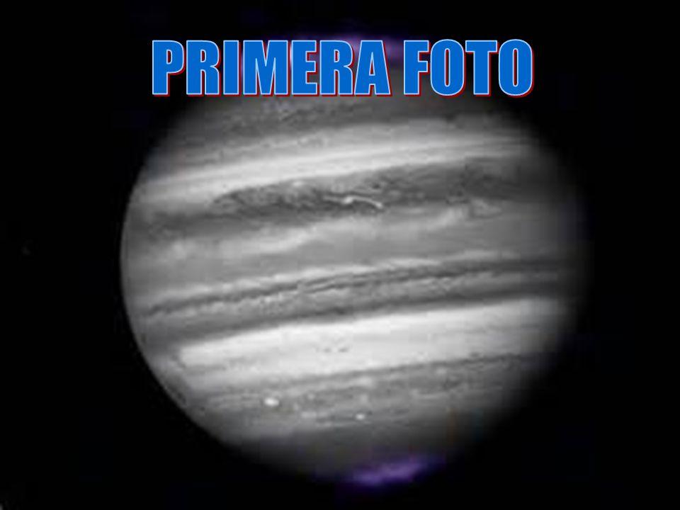 En la primera foto aparecen unas grandes auroras en J ú piter que se pueden apreciar en los extremos norte y sur del planeta.