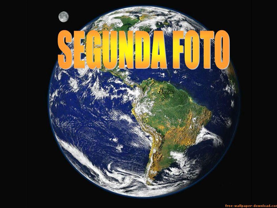 La segunda foto muestra el planeta tierra con un inmenso tama ñ o y la luna se ve min ú scula en comparaci ó n con nuestro planeta.