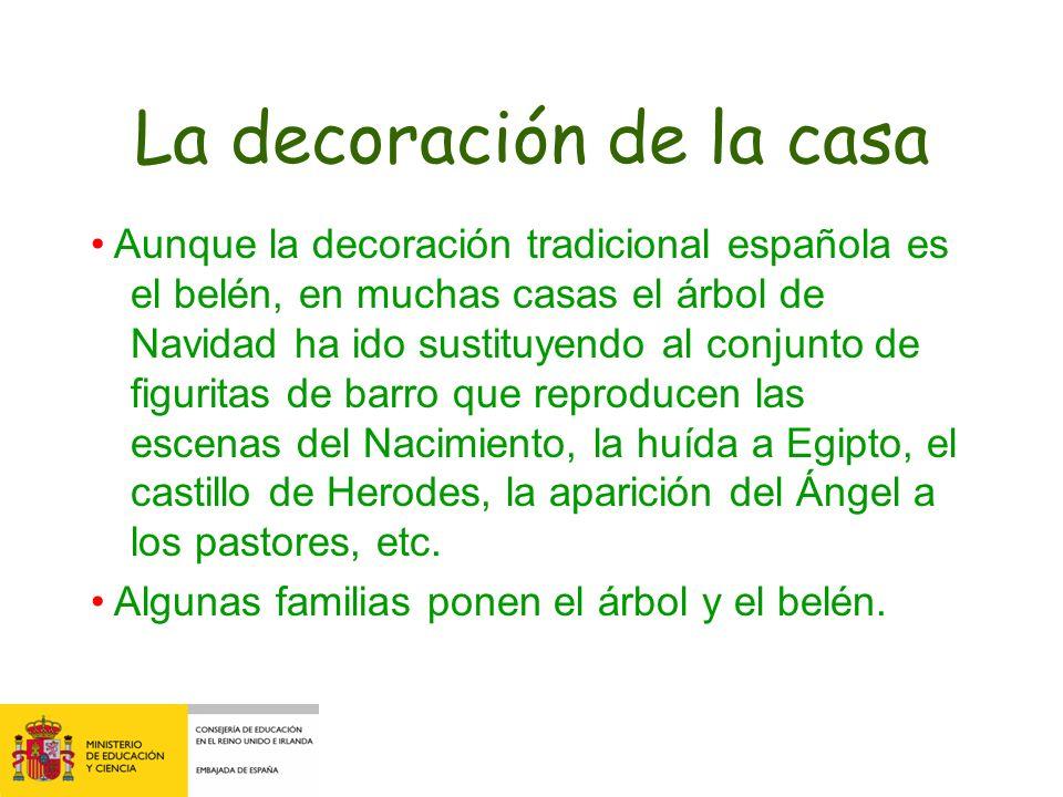 La decoración de la casa Aunque la decoración tradicional española es el belén, en muchas casas el árbol de Navidad ha ido sustituyendo al conjunto de