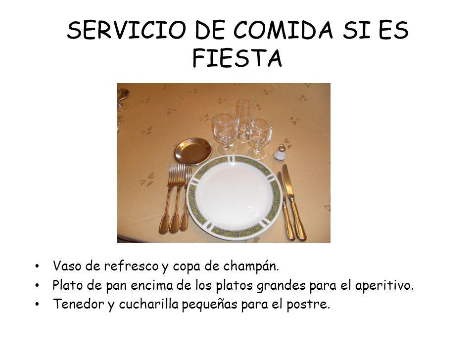 SERVICIO DE COMIDA SI ES FIESTA Vaso de refresco y copa de champán. Plato de pan encima de los platos grandes para el aperitivo. Tenedor y cucharilla