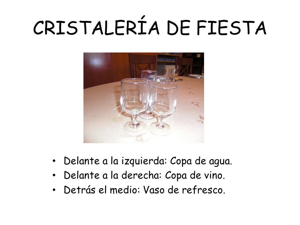 CRISTALERÍA DE FIESTA Delante a la izquierda: Copa de agua. Delante a la derecha: Copa de vino. Detrás el medio: Vaso de refresco.