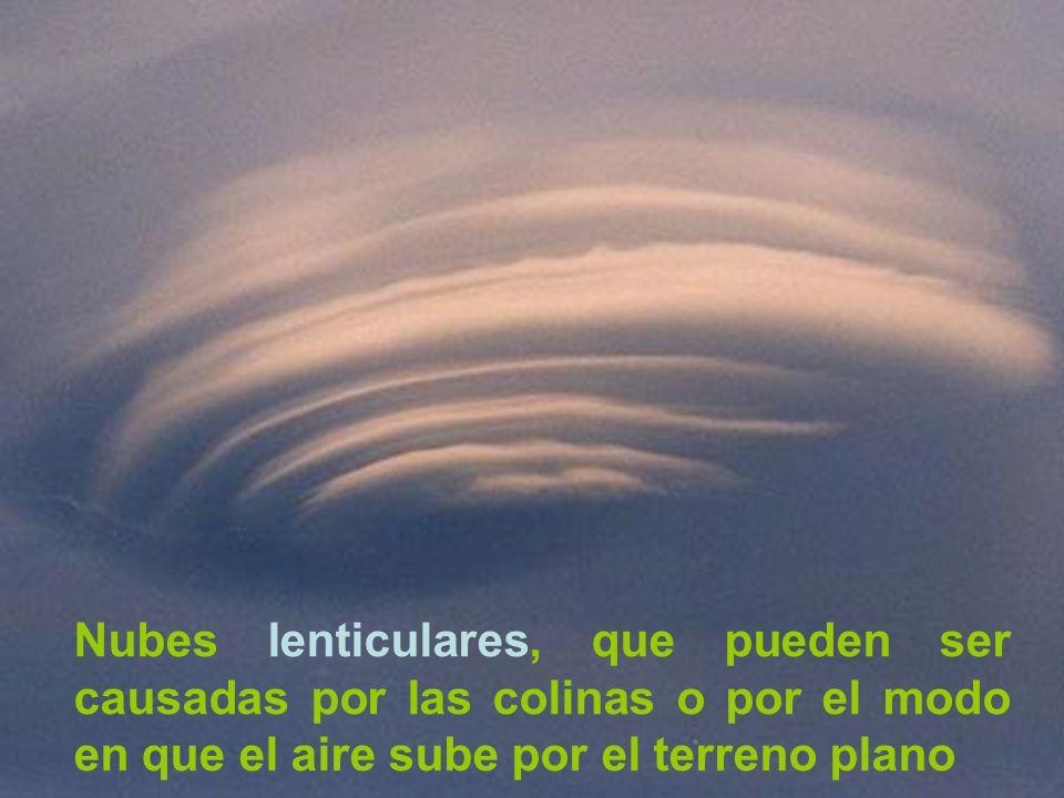 Nubes lenticulares, que pueden ser causadas por las colinas o por el modo en que el aire sube por el terreno plano