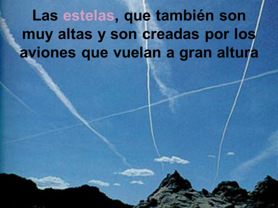 Las estelas, que también son muy altas y son creadas por los aviones que vuelan a gran altura