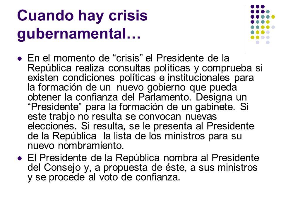 Cuando hay crisis gubernamental… En el momento de crisis el Presidente de la República realiza consultas políticas y comprueba si existen condiciones políticas e institucionales para la formación de un nuevo gobierno que pueda obtener la confianza del Parlamento.