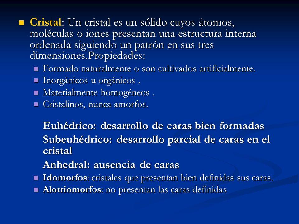 Cristal: Un cristal es un sólido cuyos átomos, moléculas o iones presentan una estructura interna ordenada siguiendo un patrón en sus tres dimensiones