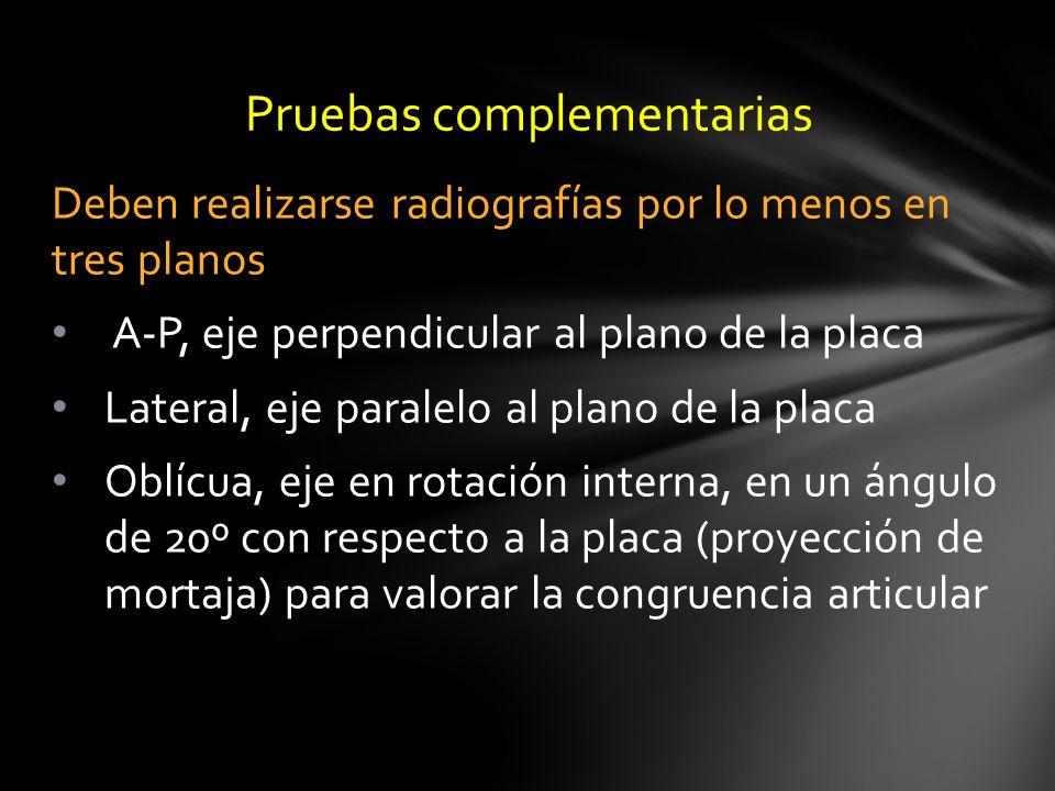 Deben realizarse radiografías por lo menos en tres planos A-P, eje perpendicular al plano de la placa Lateral, eje paralelo al plano de la placa Oblíc