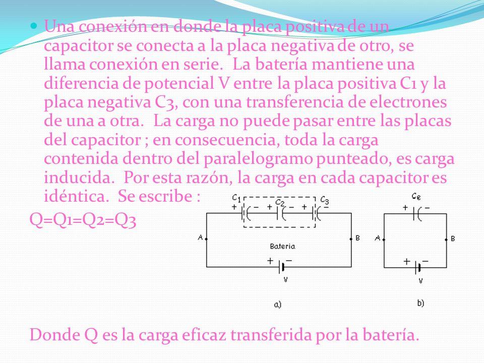 Una conexión en donde la placa positiva de un capacitor se conecta a la placa negativa de otro, se llama conexión en serie. La batería mantiene una di
