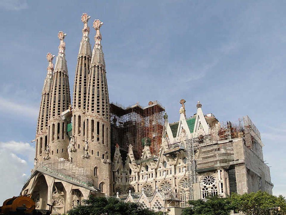 Aunque en algunos momentos las formas de la Sagrada Familia puedan recordar el estilo gótico, nada más lejos de la realidad en su esencia. Los pilares