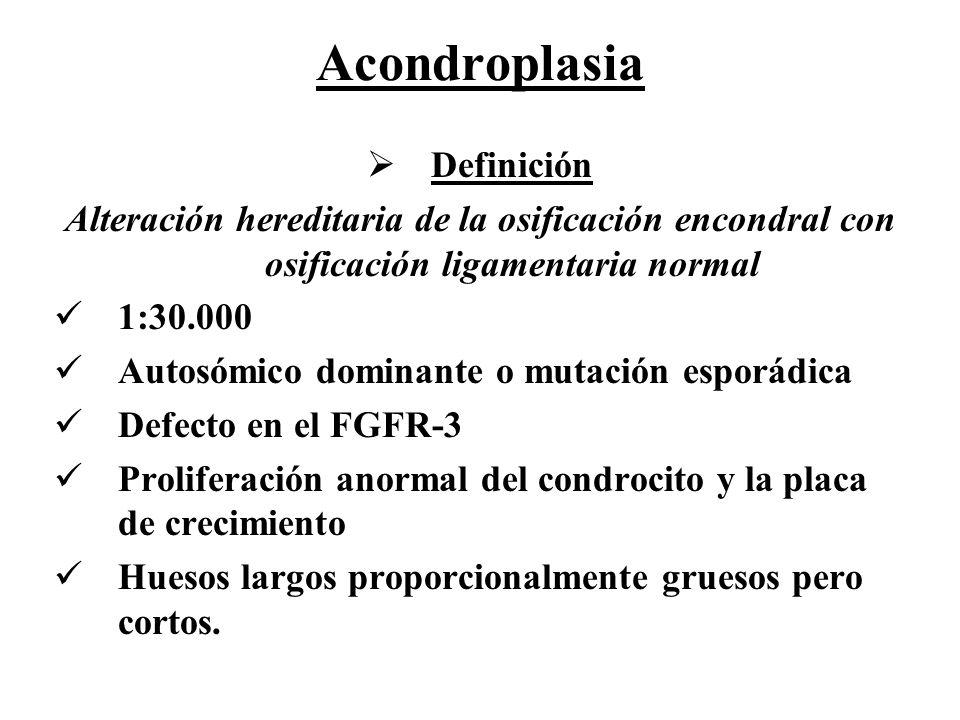 Acondroplasia Definición Alteración hereditaria de la osificación encondral con osificación ligamentaria normal 1:30.000 Autosómico dominante o mutaci