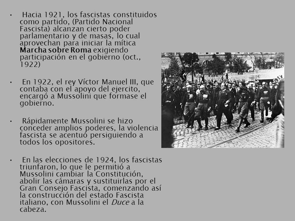 Hacia 1921, los fascistas constituidos como partido, (Partido Nacional Fascista) alcanzan cierto poder parlamentario y de masas, lo cual aprovechan para iniciar la mítica Marcha sobre Roma exigiendo participación en el gobierno (oct., 1922) En 1922, el rey Víctor Manuel III, que contaba con el apoyo del ejercito, encargó a Mussolini que formase el gobierno.