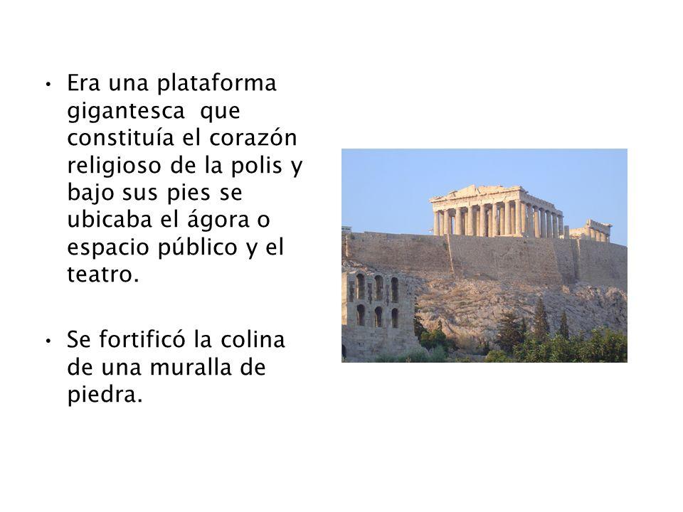 Era una plataforma gigantesca que constituía el corazón religioso de la polis y bajo sus pies se ubicaba el ágora o espacio público y el teatro. Se fo