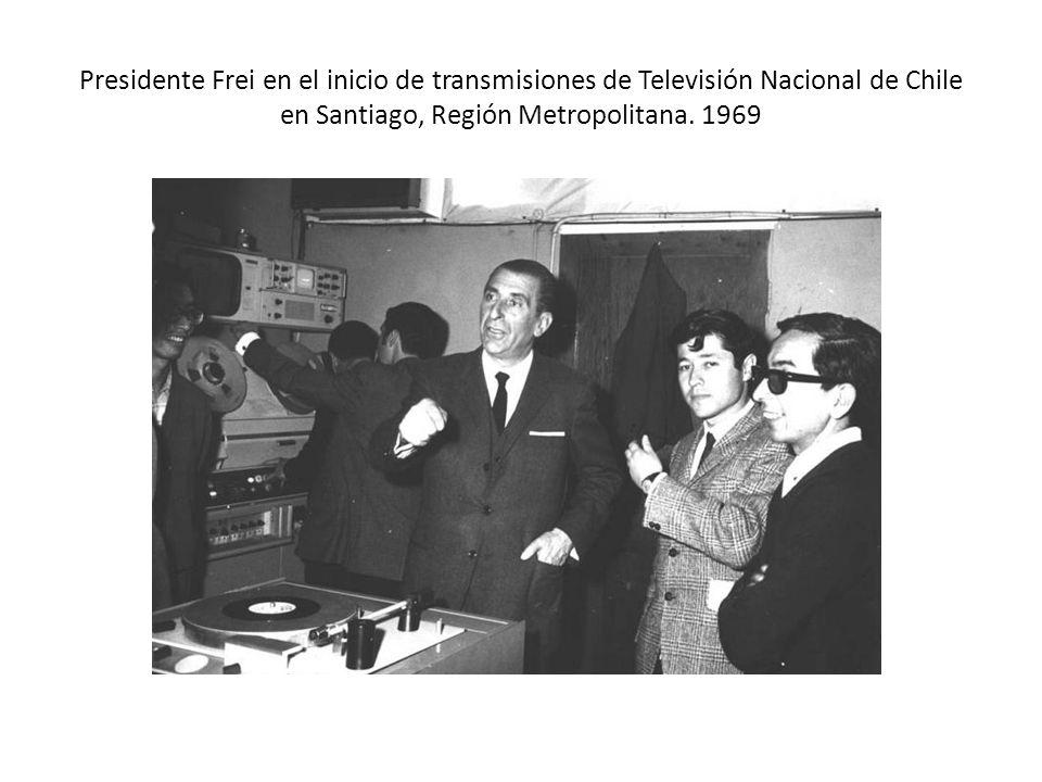 Presidente Frei en el inicio de transmisiones de Televisión Nacional de Chile en Santiago, Región Metropolitana. 1969