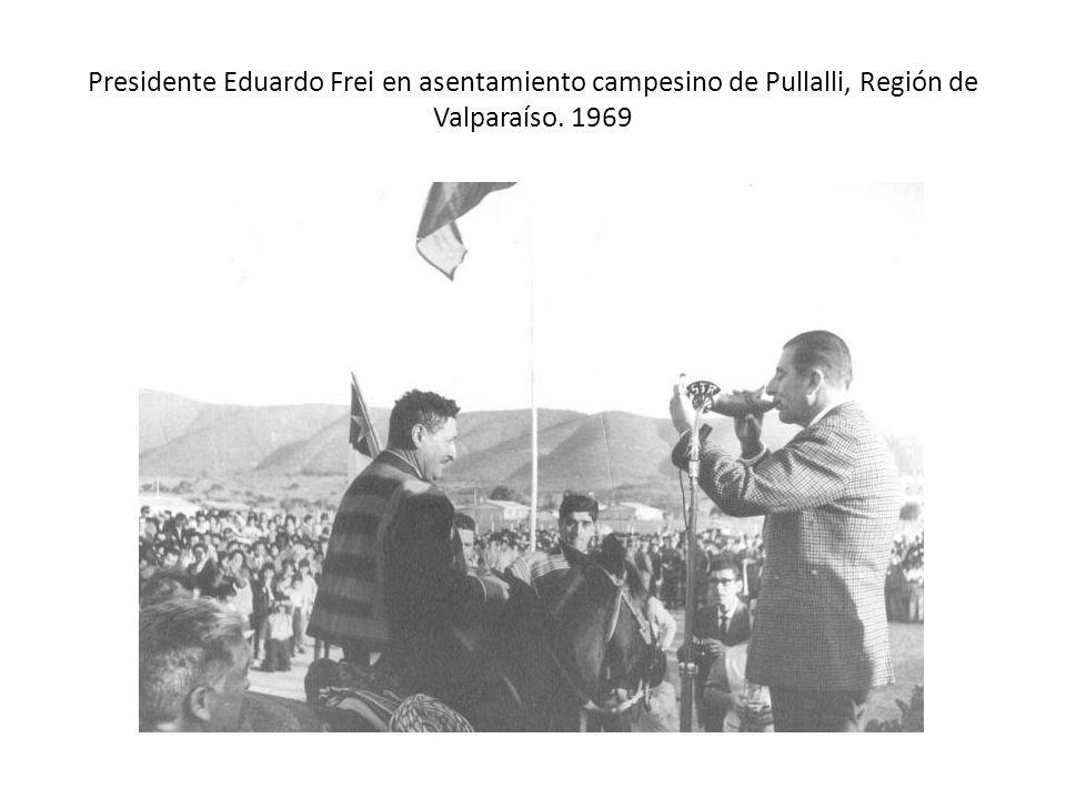 Presidente Eduardo Frei en asentamiento campesino de Pullalli, Región de Valparaíso. 1969