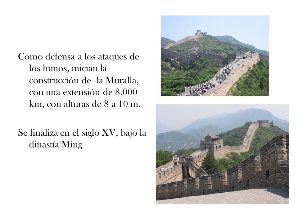 Como defensa a los ataques de los hunos, inician la construcción de la Muralla, con una extensión de 8.000 km, con alturas de 8 a 10 m. Se finaliza en