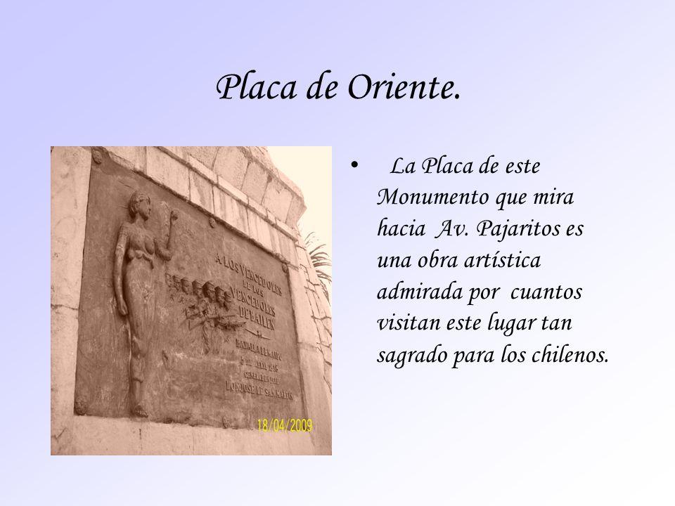 Placa de Oriente. La Placa de este Monumento que mira hacia Av. Pajaritos es una obra artística admirada por cuantos visitan este lugar tan sagrado pa