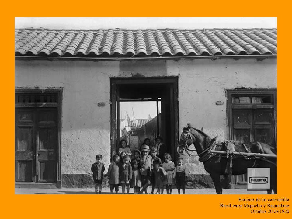 ...Santiago una ciudad que se mezcla con lo rural Calle Arturo Prat con Tarapacá Contraste de Vehiculos Mayo 4 de 1920
