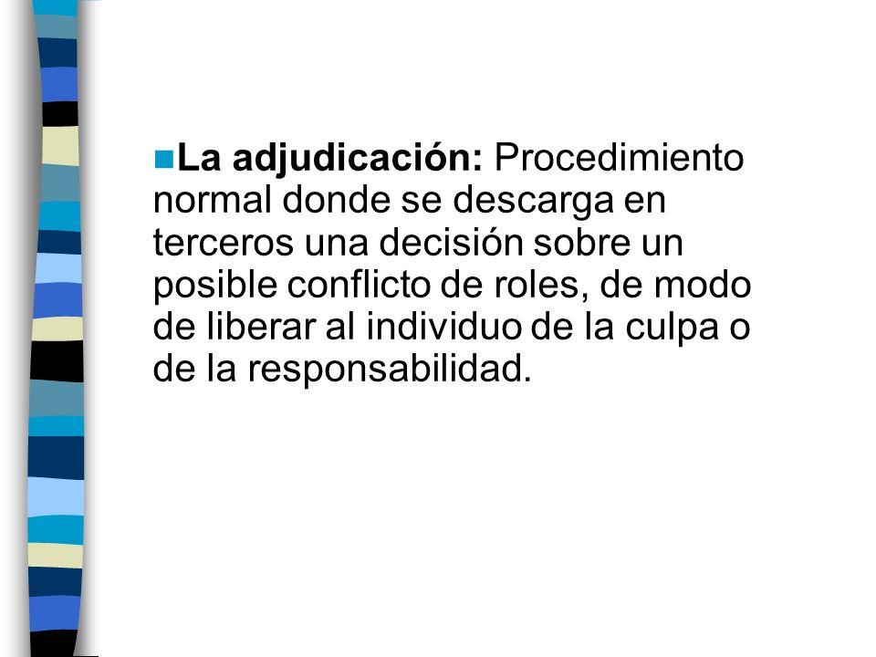 La adjudicación: Procedimiento normal donde se descarga en terceros una decisión sobre un posible conflicto de roles, de modo de liberar al individuo