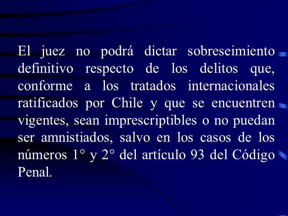 El juez no podrá dictar sobreseimiento definitivo respecto de los delitos que, conforme a los tratados internacionales ratificados por Chile y que se