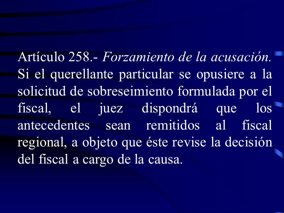 Artículo 258.- Forzamiento de la acusación. Si el querellante particular se opusiere a la solicitud de sobreseimiento formulada por el fiscal, el juez